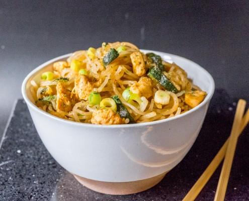 Noodles de boniato con sriracha y pollo