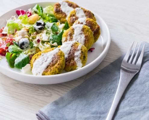 falafel con salsa tzatziki